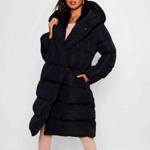 Wrap Duvet Coat från Boohoo i storlek 36. Oversize i modellen. 100% polyester. Väldigt skön och snygg.