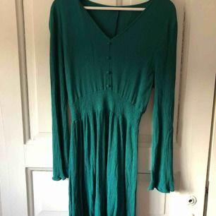 En helt oanvänd klänning från Cotton On.  Väldigt mycket stretch i tyget så kan passa flera storlekar. S-L