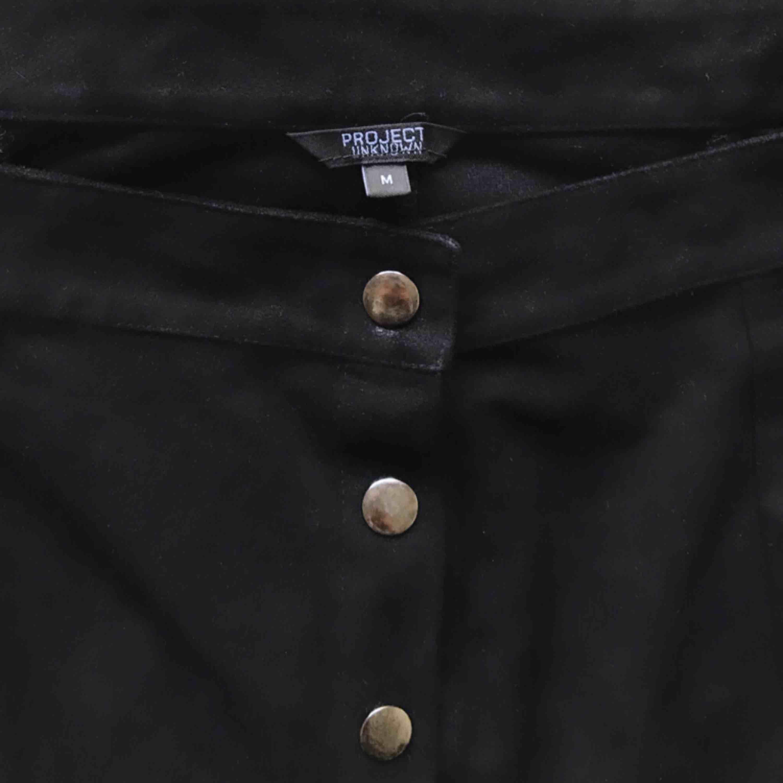 Jättefin svart kjol i skinnkaraktär med silverknappar som går att öppna! Köpt i New York. Superfin till vardag och fest! 🍸   MATERIAL: 100% Polyester . Kjolar.