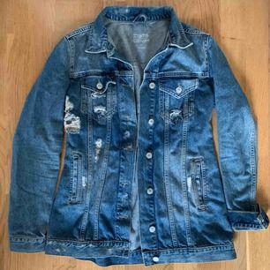 Jeansjacka från zara köpt för 550kr, knappt använd! Frakten ligger på 100kr! Om ni har några frågor är det bara att höra av sig☀️☀️☀️