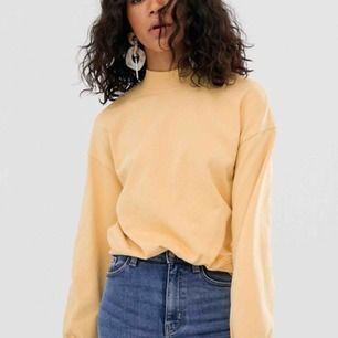 Superskön ljusgul sweater från weekday säljes pga kommer tyvärr inte till användning :( 180kr + frakt!✨ * färgen är ljusare i verkligheten!