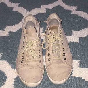 Beiga Vagabond skor! Använda o lite slitna men bra kvalité! Står storlek 37 men de passar bra på mig som är 38! Möts på Södermalm❤️ Frakt tillkommer
