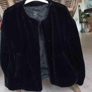 Faux fur jacka svart. Använd ett fåtal gånger.