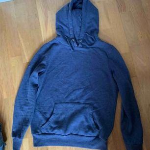 Blå hoodie utan märke! Frakten ligger på 70kr❤️