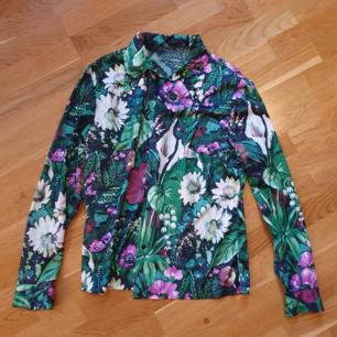 unik 70talsskjorta med mörkt blommänster, lent sidenliknande tyg🌻 frakt 40kr.