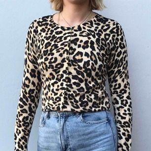 Söt leopardkofta med knappar! Köpt på hm. Möts upp i Stockholm eller skickar