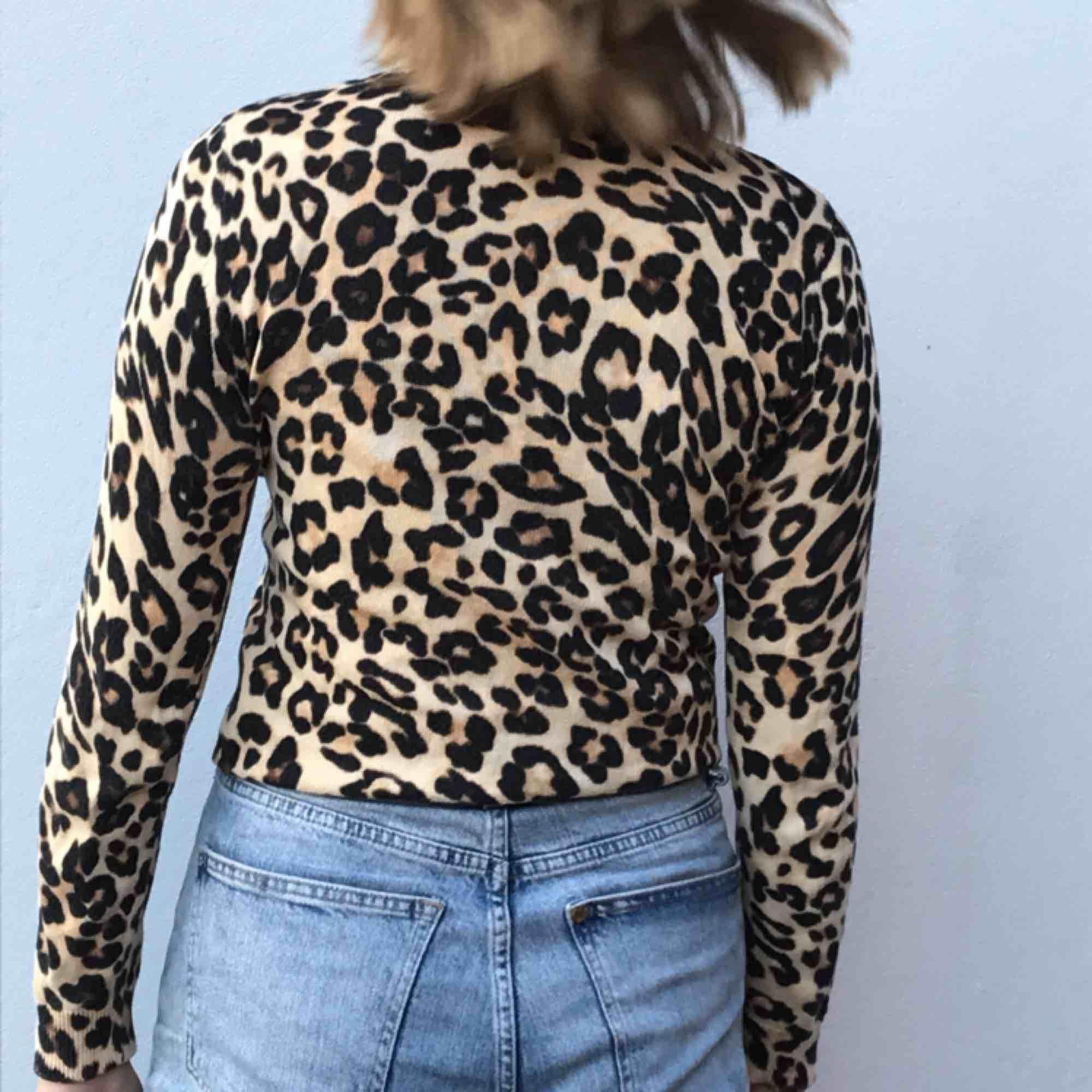 Söt leopardkofta med knappar! Köpt på hm. Möts upp i Stockholm eller skickar. Tröjor & Koftor.
