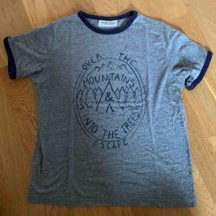 Söt t-shirt från Urban outfitters! Köpt för 300kr för några år sedan men har blivit bortglömd därför oanvänd❤️ frakten ligger på 50kr❤️ bara till att skriva vid frågor!