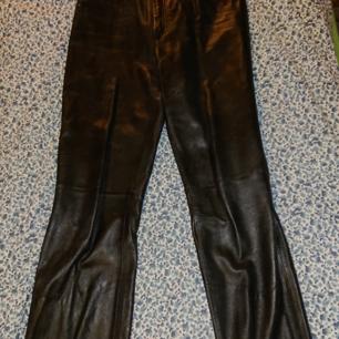 Äkta läder byxor  Fickor framtill och baktill  Size 38  Dragkedje stängning samt knapp.  Mvh Jessica