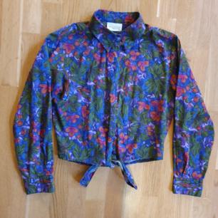 unik vintage lilablommig cropped skjorta i superskick. från nordstrom, bra kvalitet. knytband vid midjan!🌻 frakt 40kr
