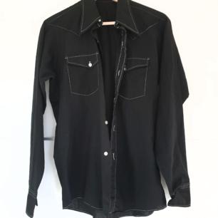 🌻svart skjorta köpt från secondhand🌻aldeig använd av mig, endast provad🌻finns ingen storlekslapp men skulle gissa att det är en s-m, kanske en liten L🌻frakten är inte inräknat i priset🌻