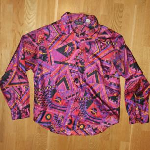 unik, flowy 70/80-tals-skjorta i fantastiskt mönster! 100% polyester. frskt 40kr🌻