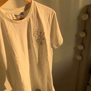 HELT NY T-shirt ur vår kollektion ÄKTA.    Vi är ett UF företag från polhemskolan. Vår vision är att kunna erbjuda kunderna enkla tröjor med tryck. Vi erbjuder även kunderna att själva få va med av tillverkningsprocessen.