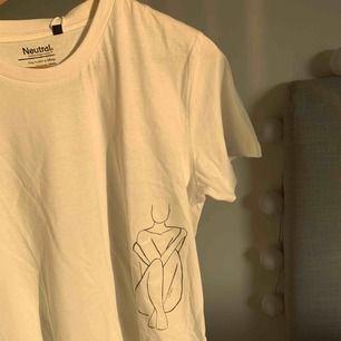 Helt ny t-shirt ur vår kollektion ÄKTA    Vi är ett UF företag från polhemskolan. Vår vision är att kunna erbjuda kunderna enkla tröjor med tryck. Vi erbjuder även kunderna att själva få va med av tillverkningsprocessen.