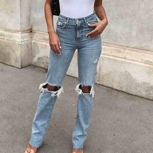 Skitsnygga trendiga jeans med slitningar strl 34, säljer pga fel strl för mig är inte ens säker på att jag vill sälja de men får se buda på fraktar inte!