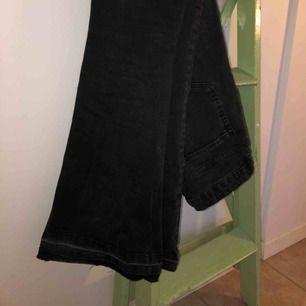 Svarta flare jeans från zara. Priset är inkls frakt