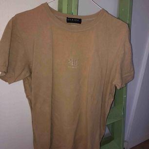Beige tshirt köpt på humana, priset är inkls frakt