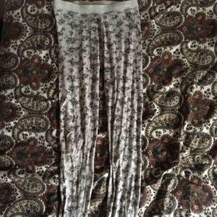 Jättefina och sköna tights som kan användas som pyjamas, långkalsonger eller till en chilloutfit. Använt men fint skick. Vid frakt står köparen för kostnaden 💌