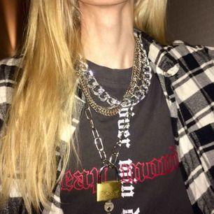 💞Säljer alla tre halsbanden separat eller allihop samtidigt💞 frakt: 9kr PRISER:  🔴Tjockare kedja=60kr SÅLD🔴 Tunnare kedja som även går att använda som byxkedja=50kr Fyra kedjor i ett halsband=20kr  Lås+nycklar=30kr