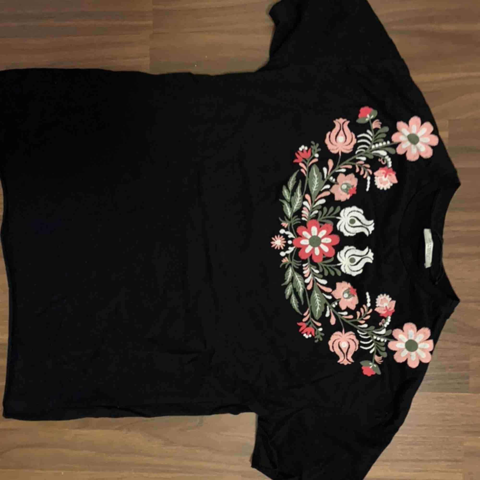 Supersnygg svart t-shirt med blomtryck från zara! Knappt använd, nypris 250kr  Passar xs-m. T-shirts.