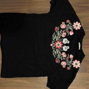 Supersnygg svart t-shirt med blomtryck från zara! Knappt använd, nypris 250kr  Passar xs-m