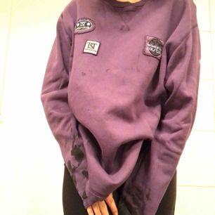 Lila långärmad tröja från 80/90 talet, svarta fläckar som går att färga över;) frakt till kommer