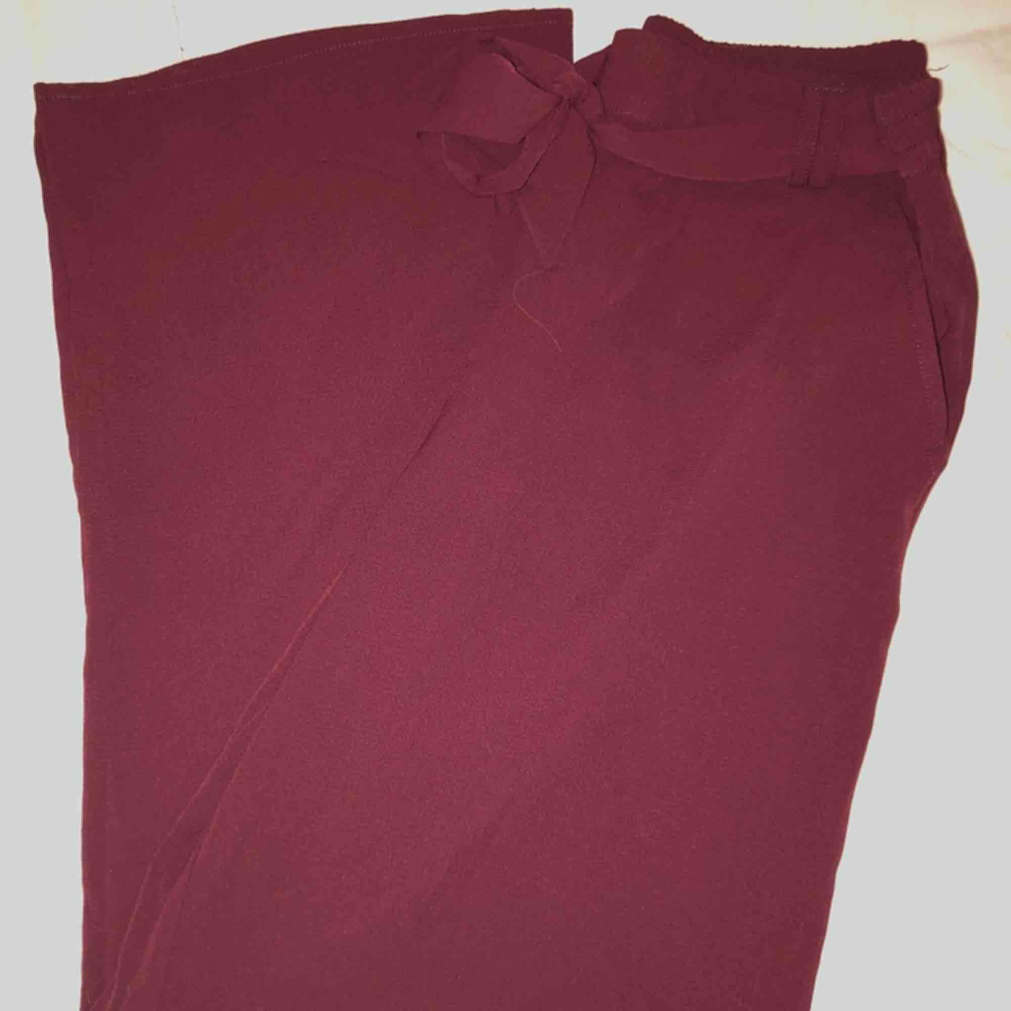 Superbekväma vinröda byxor från Only🌸 Resårband i midjan så lite större i storleken. Aldrig använda. Frakt tillkommer⭐️ Kan skicka bild med plagget på mig✨✨. Jeans & Byxor.