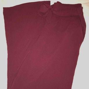 Superbekväma vinröda byxor från Only🌸 Resårband i midjan så lite större i storleken. Aldrig använda. Frakt tillkommer⭐️ Kan skicka bild med plagget på mig✨✨