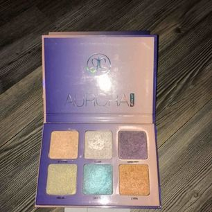 ABH Aurora glowkit, lite mer använd än de andra paletterna. Den vita färgen ser lite konstigt ut då jag använd en borste med setting spray på när jag använt den, inget som påverkar payoff dock.