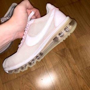Sparsamt använda Nike Air Max, inköpta för 1900 kr. De är tvättade och fräscha. Storleken är 38,5 passar även strl 38. Min hund har lyckats bita lite i sulan på dem tyvärr (kolla sista bilden) dock syns inte det så mycket, men därav lågt pris.