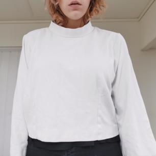 Underbar oversized halvpolo sweatshirt från Weekday. Är såå fin men har tyvärr inte kommit till användning hos mig. Den är helt oanvänd och i perfekt skick. Köparen står för frakten ⚡
