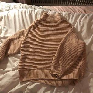 En tjock, stickad rosa tröja med krage. Säljs för jag knappt använt den. Köpte den för 600kr.