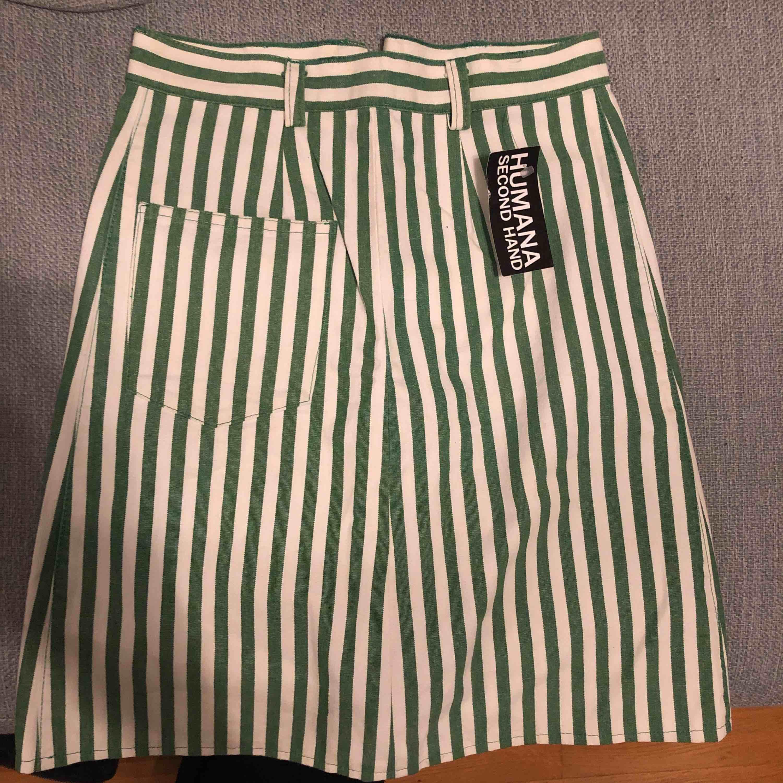 Två kjolar, den svarta från hm och den gröna från humana. 50kr/st nyskick!. Kjolar.