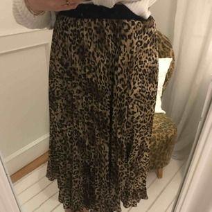 En snygg och bekväm kjol i leopard mönster🐆. Bara använd ett fåtal gånger. Frakt tillkommer⭐️