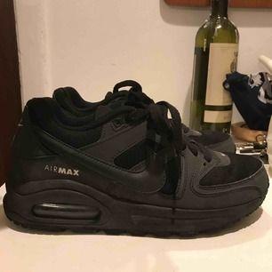 Säljer mina svarta Nike airmax skor, pga för stora för mig. Endast använda ett fåtal gånger, och inköpta för 1000 kronor så riktigt bra pris☺️☺️ frakten kostar ca 65 kr