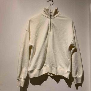 Helt ny halt zip tröja! Säljer pågrund av att den inte är min stil. Köpare står för frakt. :)