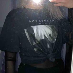 T-shirt med tryck från Gina i storlek S. Den är oversized och jättesnygg att ha över t.ex en meshtröja🦋
