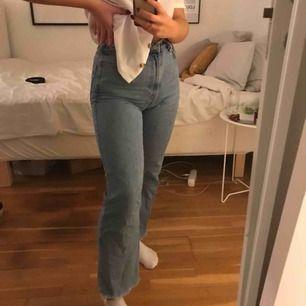 Jeans från weekday Modell : ROW Storlek: 25 waist och 30 längd (lite klippta i benen)