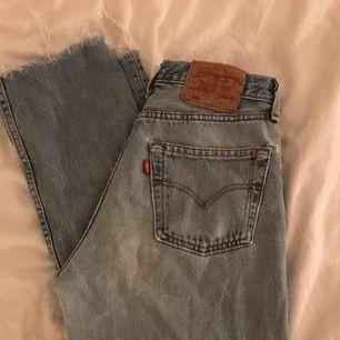 Jeans från Levis Har två hål på framsidan, lätt att laga! Passar från 26-28 waist, 30 längd