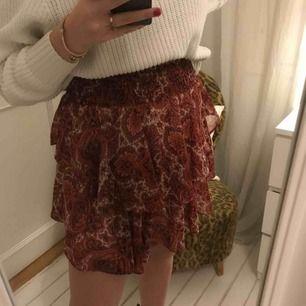 En super snygg kjol i snygg färg och coolt mönster! Den är bekväm och sitter som en smäck👌🏽 I bra skick. Frakt tillkommer👩🏾🎤