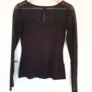 🌻snygg tröja köpt från cm för ca 2 år sen🌻 en liten öppning framtill samt axlar och ärmar täcks av