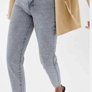 Ett par grå/svarta mom jeans från ginatricot! Riktigt snygga och sitter jätte fint. I storlek 36 men fungerar som 38👍🏼 Endast använda ett fåtal gånger. Ordinarie pris 499kr. frakt tillkommer!