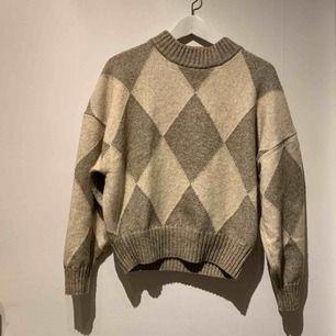 Helt ny stickad tröja. Super snygg och skön. Passar perfekt nu till vintern. Säljer pågrund av att den tyvärr var fel storlek. Köpare står för frakten:)