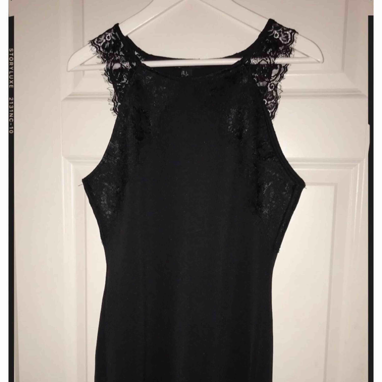 Superfin klänning från Forever21 med spetsdetaljer i storlek L.  . Klänningar.