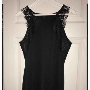 Superfin klänning från Forever21 med spetsdetaljer i storlek L.