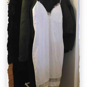 Så snygg klänning från AX Paris i storlek 12, vilket motsvarar M. Perfekt för festligare tillfällen och sitter super snyggt på!!