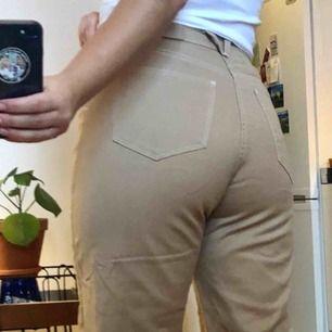 Faiza Jeans från Carin Wester Åhléns i stl 38, Beiga med vita sömmar, viss stretch.  Använda 2-3 ggr pga fel stl. Pris inkl frakt! 🐪