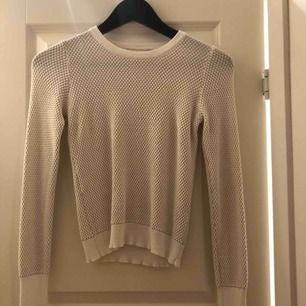 Vit/beige långärmad tröja från Zara som inte längre går att köpa. Storlek small och sitter jättesnyggt på. Köparen står för frakt!