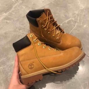 Balla timberland skor som kostar 1400 ordenarie pris. Bara använda 1 gång och köpta förra året. Har en liten fläck på ena fot (bild 3) annars helt felfria.