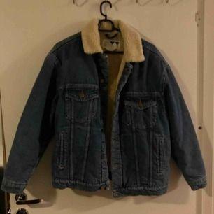 Jeansjacka med varmt, mjukt foder inuti samt på kragen. Helt ny, aldrig använd. Frakten är inräknad i priset.